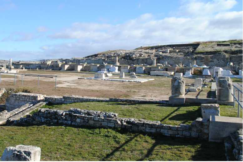 The ruins of the Roman city of Segobriga are on display in the archaeological park. The Romans founded this city in order to mine lapis specularis, a type of gypsum that was used for windows around the Roman Empire.